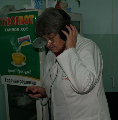 Tohtori tarkistaa laitteen